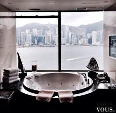 Stylowa okrągła wanna w nowoczesnej łazience z widokiem na ocean
