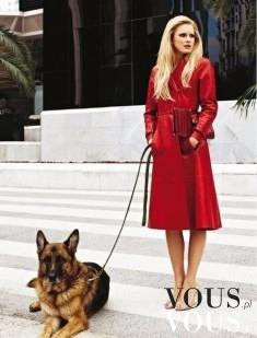 Spacer z psem. Kobieta w czerwonym płaszczu