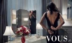 Kobieta przed lustrem- przygotowania do przyjęcia