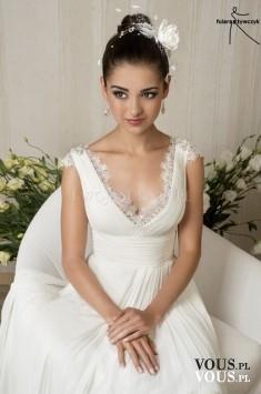 suknia ślubna z dekoltem, hafty i wcięcie w talii