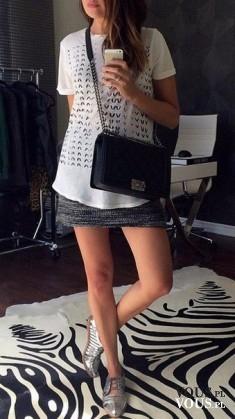 krótka spódniczka i biała bluzka, selfie w lustrze