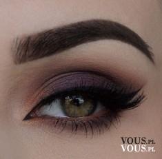 Śliwkowy makijaż oczu, kreska nad okiem, mocno zarysowane brwi, eyeliner