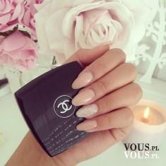 Delikatny manicure, paznokcie w beżowym odcieniu