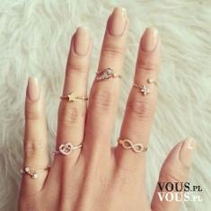 Zadbane dłonie i długie paznokcie, pierścionki, dwa pierścionki na jednym paznokciu