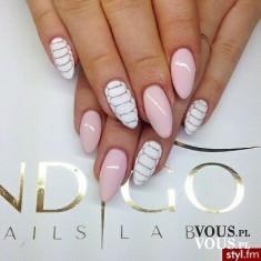 Ciekawy manicure, paznokcie w paski, różowy lakier do paznokci