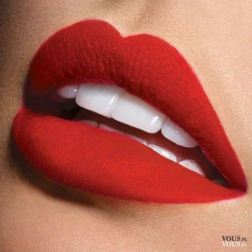 Czerwona szminka, czerwona pomadka, seksowne czerwone usta i białe zęby