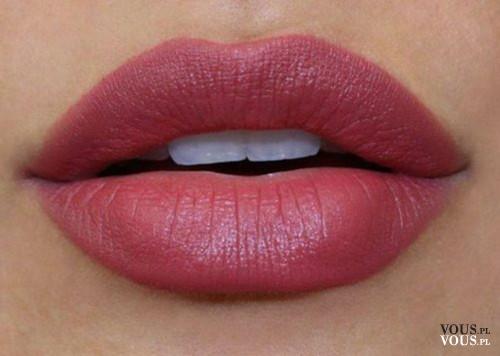 Delikatna różowa pomadka do ust, różowe usta, delikatna szminka