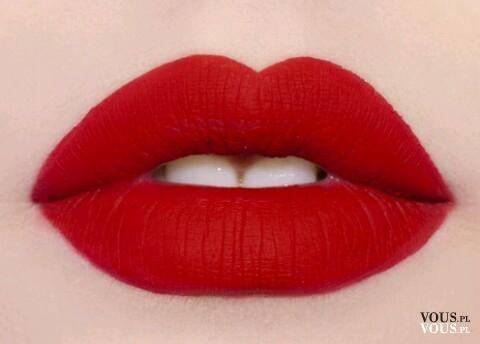 Czerwone matowe usta