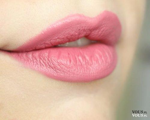 Jasnoróżowe usta, delikatna szminka, jasna pomadka do ust