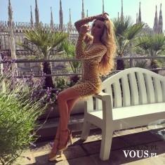 Zmysłowa sukienka ze złotej koronki.
