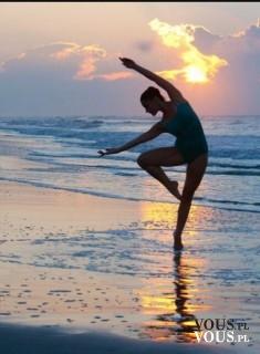 Baletnica nad morzem. Zachód słońca. Cudowna fotografia