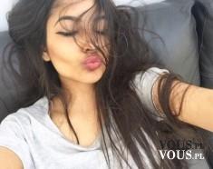 Długie ciemne włosy. Kobieca fryzura- wiatr we włosach.