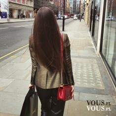 Brunetka o długich prostych włosach. Czy używacie prostownicy?