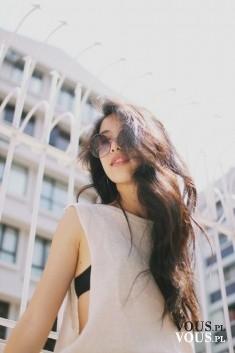 Długie ciemne włosy. Naturalne fale na długich gęstych włosach. Podobają się Wam?