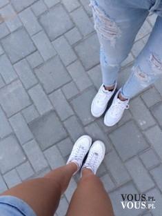 Białe sportowe buty. Wygoda i luz.