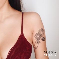 tatuaż na ramieniu, kwiatowy tatuaż