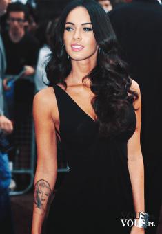 Megan Fox w czarnej klasycznej sukience. Ideał kobiecego piękna. Piękna aktorka.