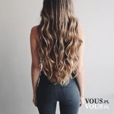 Długie falowane włosy. Włosy do pasa.