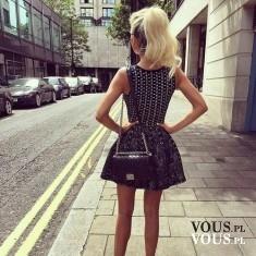 Kobieca krótka sukienka. Czarna sukienka w białe wzory.