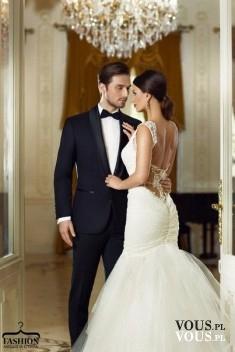 Suknia ślubna z trenem, suknia ślubna z dekoltem na plecach, elegancki garnitur na ślub, sesja śluba