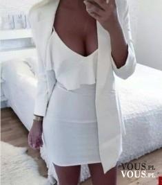 Biała stylizacja, obcisła biała mini i bluzka z falbanką, biały eleganci żakiet