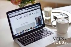 Cappuccino i laptop, praca przy komputerze, kawa w pracy