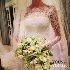 suknia ślubna z koronką na rękawach, długi welon i biały bukiet