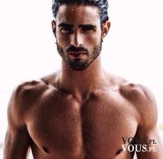 przystojny mężczyzna z mięśniami, trening na rzeźbę, brunet z zarostem,