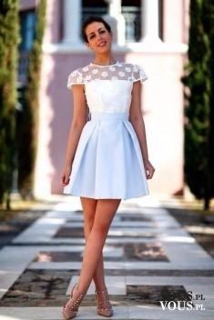 delikatny zestaw, błękitna spódniczka, biała bluzka z koronką, skromnie i efektownie