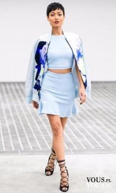 elegancka stylizacja, błekitny strój, modelka o krótkich włosach,