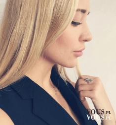 delikatny makijaż, czysta cera, blondynka