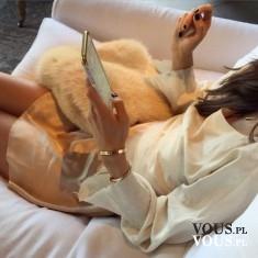 Połączenie ecru i złota- luksus i elegancja. Modna stylizacja. Złota spódniczka mini i luźna blu ...