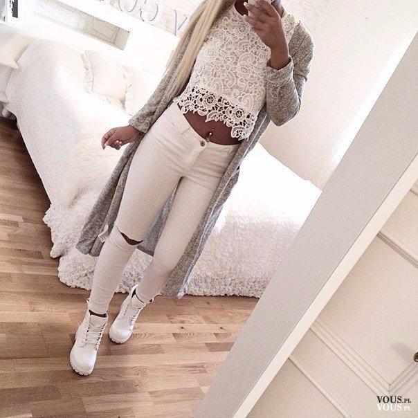W Ultra Biel i szarość. Biały koronkowy top i spodnie z dziurą. Długi CM34