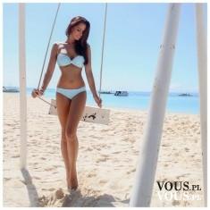 zgrabna modelka na plaży, białe bikini, sesja na huśtawce