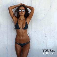 wysportowana dziewczyna w bikini