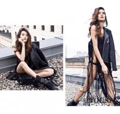 Odważna czarna sukienka z frędzlami i czarna ramoneska. Skórzana kurtka ramoneska.