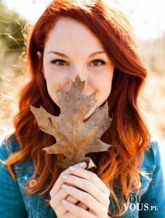 Ruda dziewczyna, jesienny liść