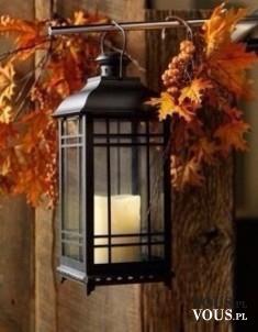 Dekoracja, lampion wśród liści.