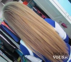 Idealnie proste włosy. Długie blond włosy. Kreatynowe prostowanie włosów.