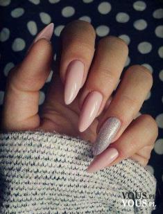 Długie paznokcie, paznokcie w kolorze pudrowego różu
