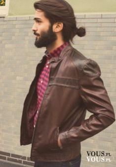 Mężczyzna z zarostem i długimi włosami spiętymi w kucyk. Czy podobają Ci się mężczyźni z długimi ...