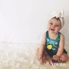 Uśmiechnięty bobas, dziecko sprawia największą radość gdy się uśmiecha.