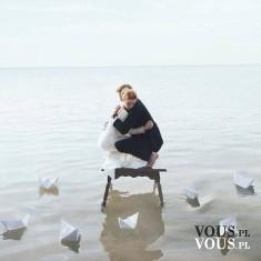 Piękne zdjęcie, przytulona para na morzu wśród papierowych statków. Inspiracja, pomysł na romant ...