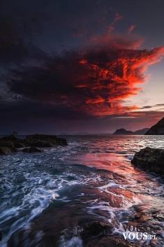 Zachód słońca nad oceanem, piekne fale