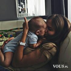 Cudowne zdjęcie z kochającą matką i dzieckiem. Miłość matczyna jest cudowna