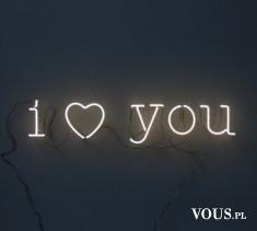 i love you – napis świecący na ścianie
