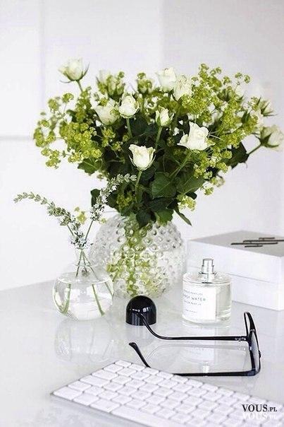 Piękne kwiaty na biurku. Jak utrzymać czystość na biurku? Jak mieć porządek i móc efektywnie pra ...