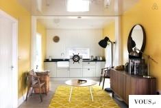 Pokój ze serem oraz żółtymi dodatkami