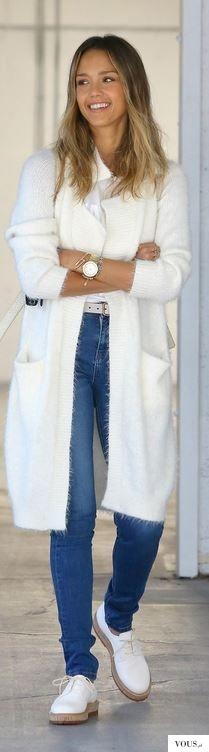 Jessica Alba w połączeniu jeansu i bieli.
