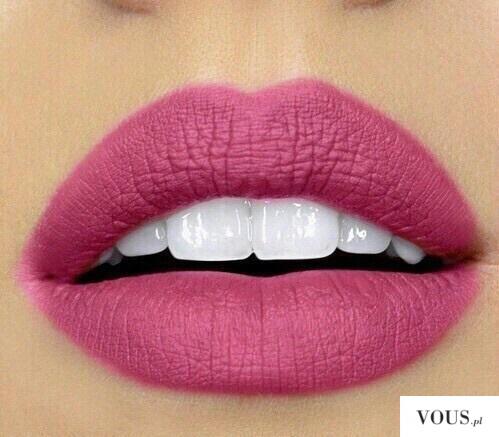 Pięknie pomalowane różowe usta konturówka inglot 74
